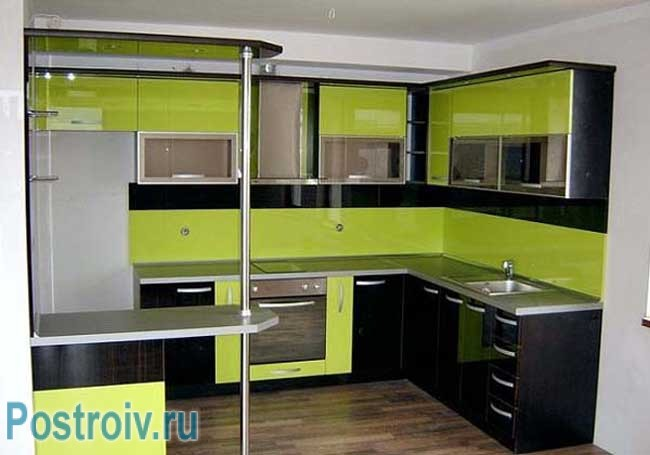 Сочетание черного и зеленого цвета на кухне. Фото
