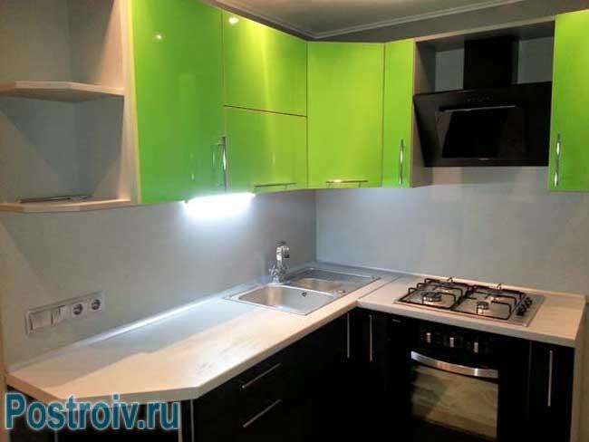 Черные и зеленые фасады на кухне. Фото