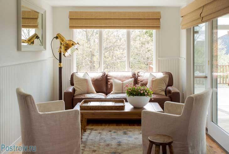 Многоуровневое освещение в маленькой гостиной - Фото