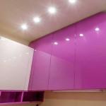 Глянцевые фасады кухни фиолетового и белого цветов. Фото