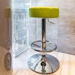 На маленькой 9 метровой кухне лучше использовать банкетки и барные стулья
