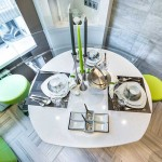 Дизайн кухни 9 кв. м. Круглый белый стол. Фото