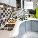Кухонный фартук отделан небольшой плиткой в шахматном порядке. Фото