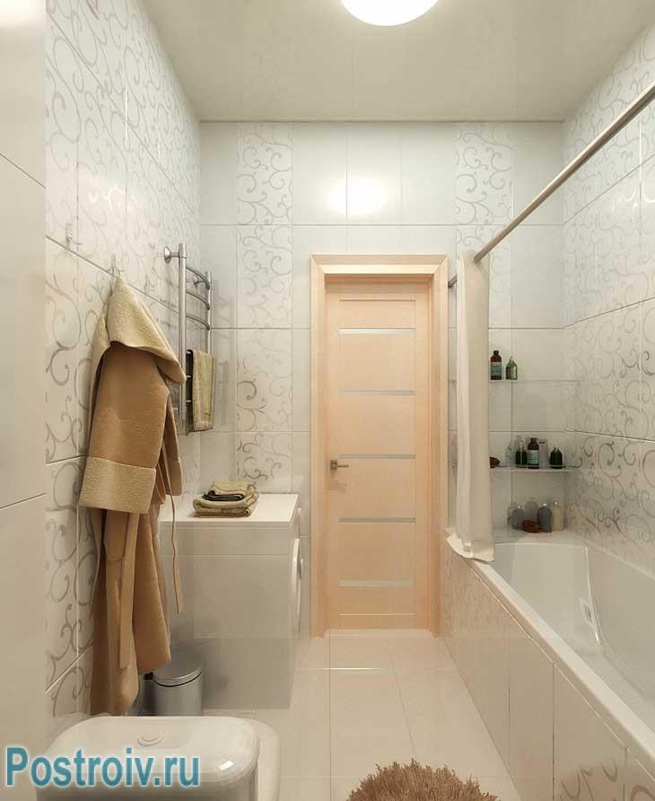 Небольшая ванная со стиральной машинкой. Пол и стены отделаны керамической плиткой - Фото
