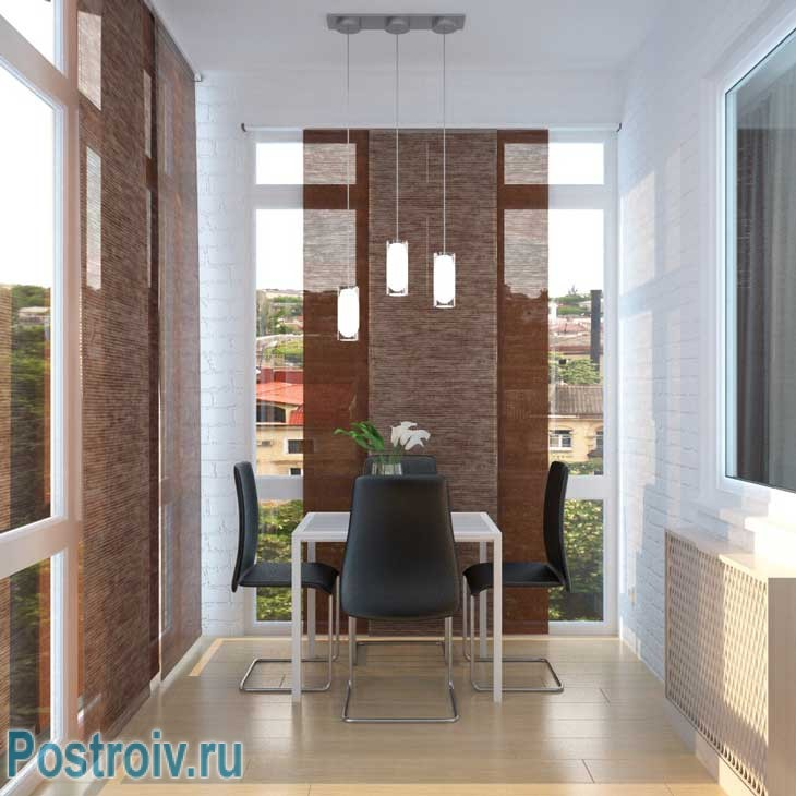 Лоджия с большими окнами до пола. Столик со стульями для кофе - Фото