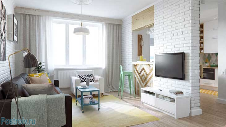 Совмещенная гостиная с кухней. Барная стойка и большие стулья. Белые стены - Фото