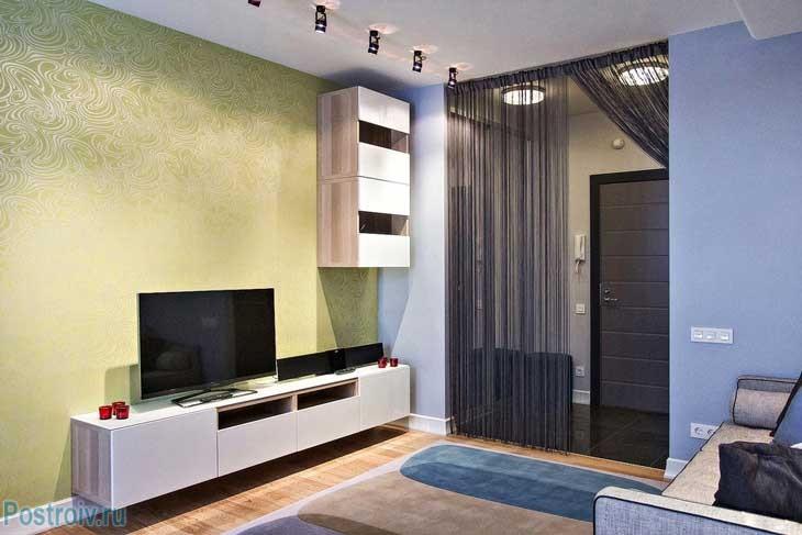 В зоне гостиной разместили современную тумбу под телевизор из IKEA
