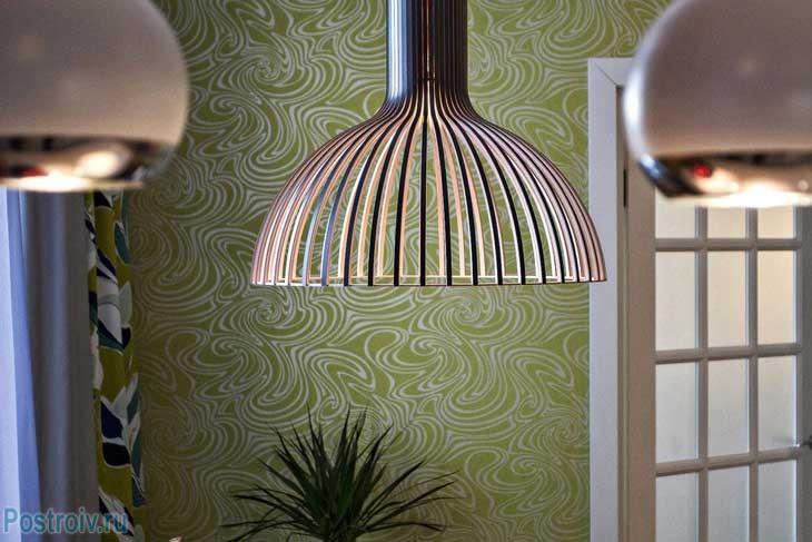 Основное освещение на кухне в виде деревянного абажура
