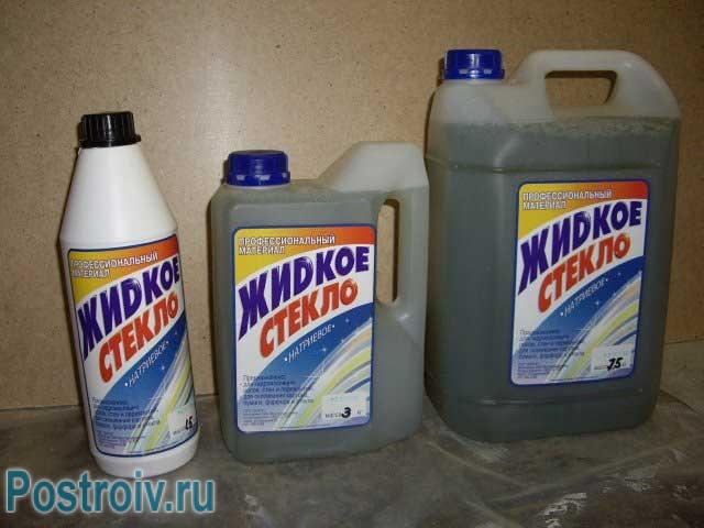 Жидкое стекло разливают в канистры и бутылки - Фото