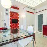 Современная отделка кухни с эркером. Большой квадратный стеклянный стол