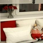 Подушки и оконные шторы дополняют интерьер кухни