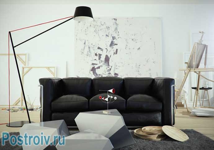 Современный торшер в гостиной с черным диваном