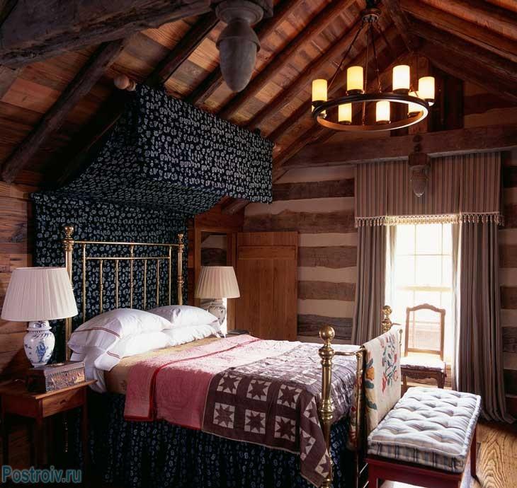 Балдахин над кроватью в деревянном доме. Фото