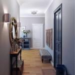 Узкий коридор с зеркалом и скамьей - Фото