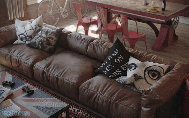 Кожаный коричневый диван в интерьере. Фото