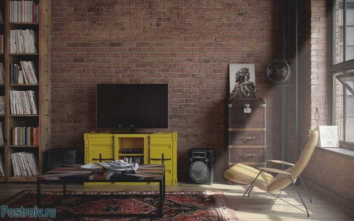 Желтая тумба под телевизор в стиле лофт. Фото гостиной