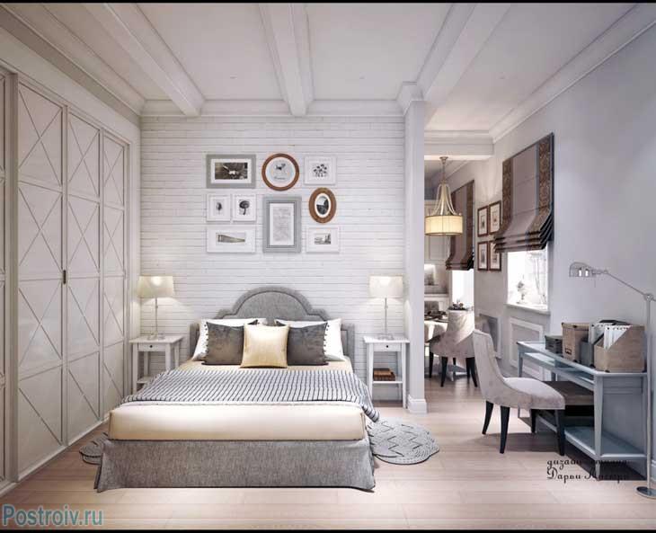 Большой белый шкаф в спальне и белые балки на потолке. Фото
