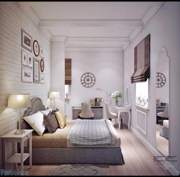 Стена декорирована фотографиями в рамках разного размера. Фото спальни