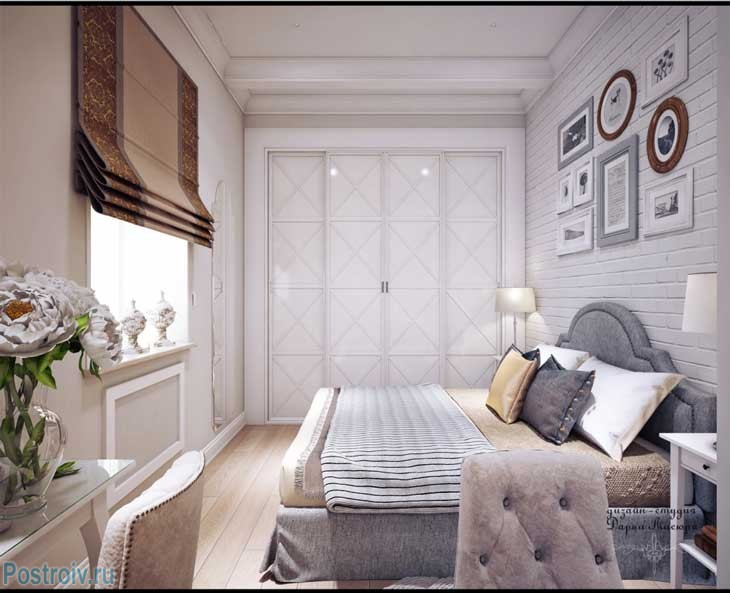 Белая кирпичная стена в спальне. Белый экран на радиаторе. Фото