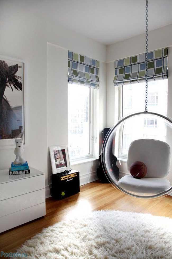 Прозрачное подвесное кресло в детской. Фото