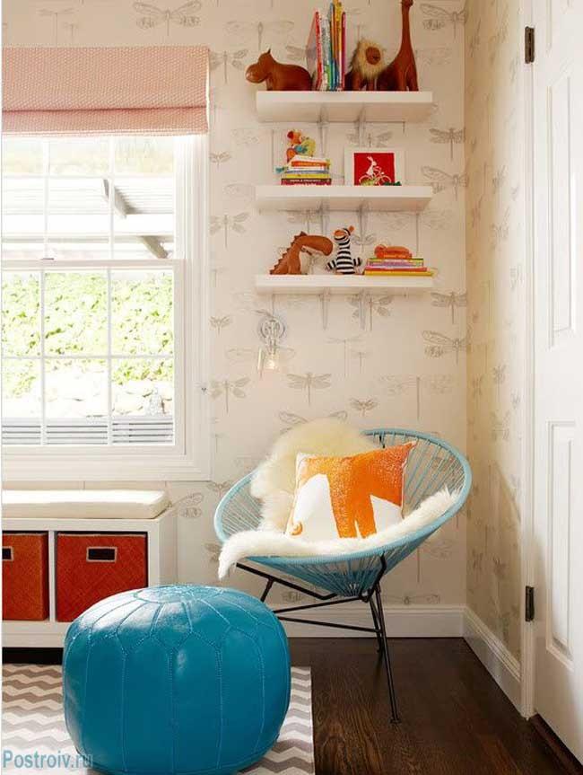 Оригинальное кресло для отдыха возле окна. Фото