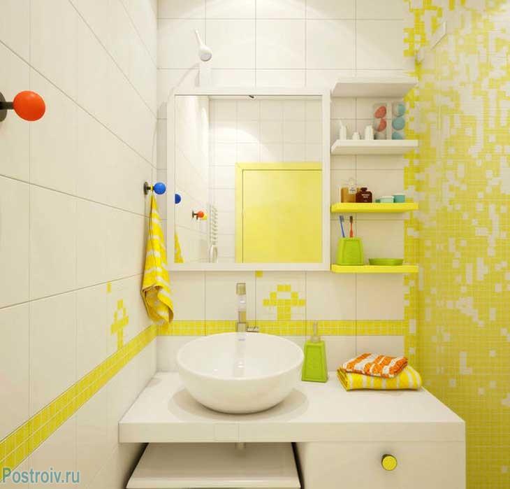 Сочетание желтого и белого в интерьере ванной комнаты. Фото