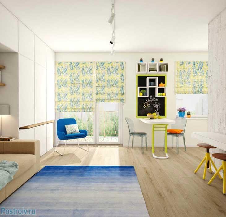 Зона кухни выделена красивыми рулонными шторами. Игра цвета. Фото