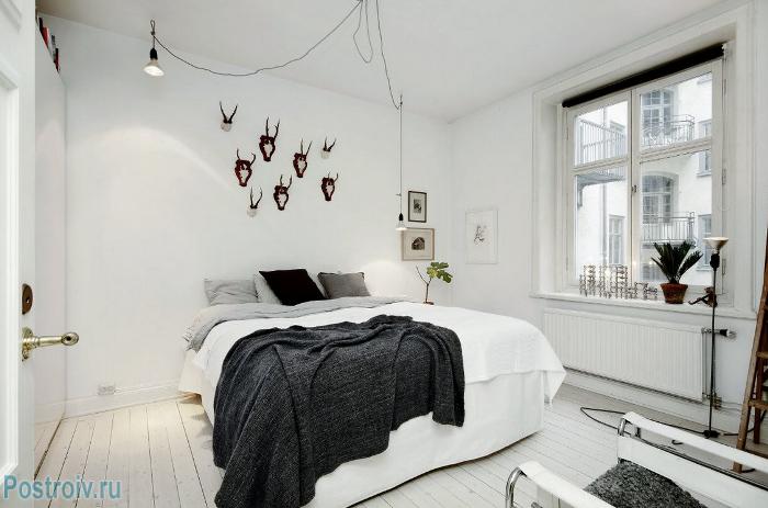 Белые стены в интерьере спальни - Фото 04