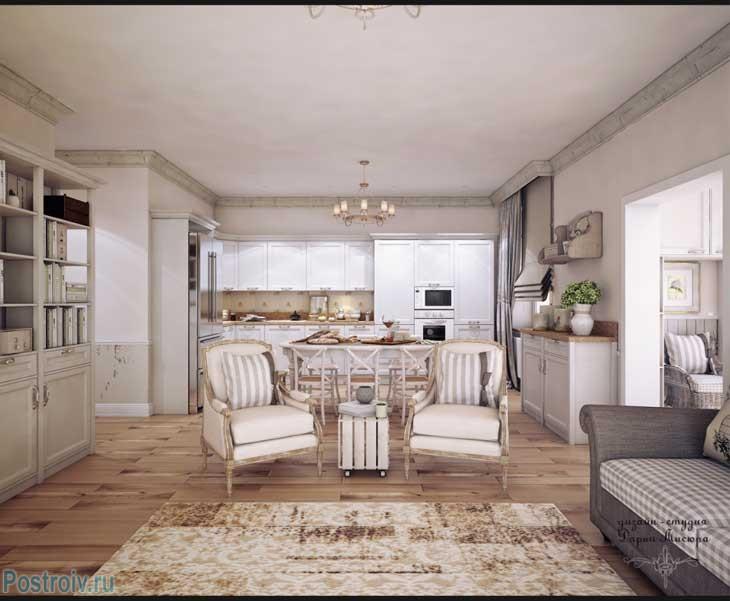 Отделка гостиной в стиле прованс. Серый потолочный плинтус и деревянный пол. Фото
