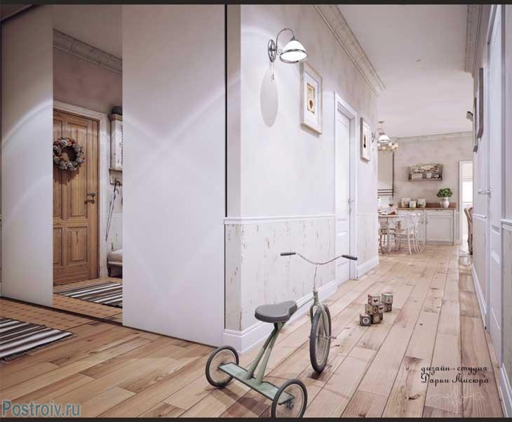 Коридор в стиле прованс. Белый двери и настенный светильник. Фото