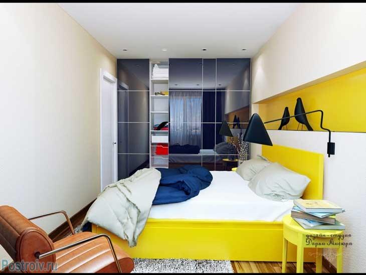 Желтая кровать и бежевые стены в спальне. Шкаф купе во всю стену. Фото
