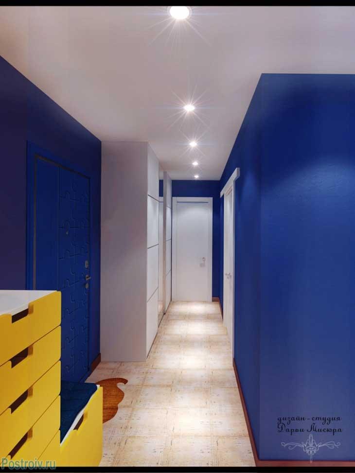 Синие стены и желтый комод из Ikea в прихожей.  Белый натяжной потолок. Фото