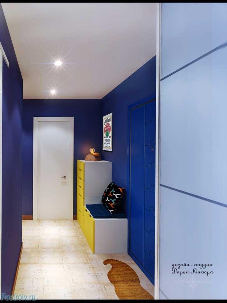 Недорогой и оригинальный вариант оформления прихожей. Шкаф купе с голубыми дверями. Фото