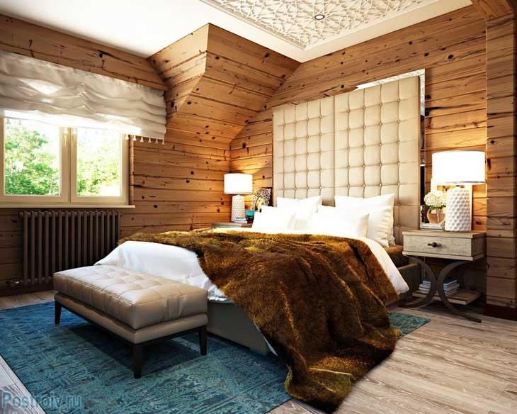 Синий ковер в спальне, отделанной древесиной. Фото
