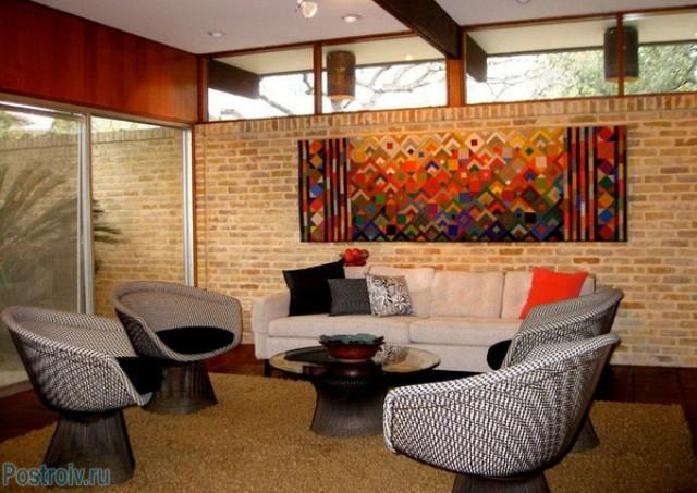 Настенный ковер в интерьере гостиной - Фото 16