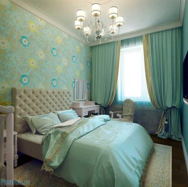 Бирюзовая спальня с детской кроваткой в английском стиле. Фото