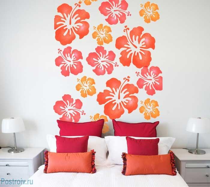 Обновляем подушки и декорируем стену в спальне. Фото