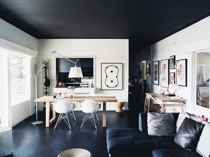 Черный потолок и белые стены в комнате. Фото