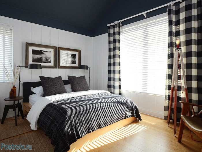 Спальня с черным потолком. Фото интерьера