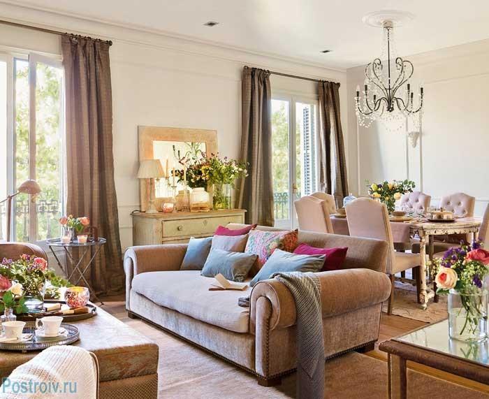 Большие окна в гостиной с коричневыми шторами. Фото
