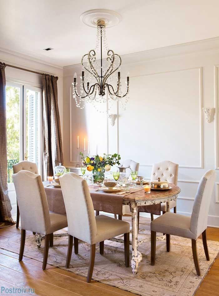 Красивые обеденные стулья и овальный стол в гостиной. Фото