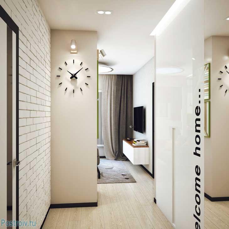 Светлый коридор с оригинальными настенными часами. Фото
