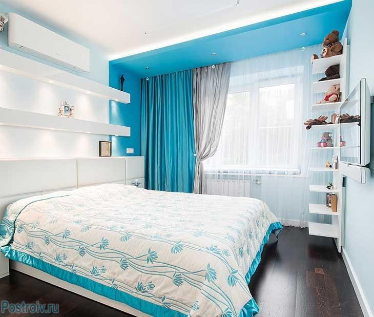 Спальня в белом и бирюзовом цветах. Фото