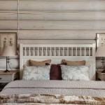 Загородный интерьер для деревянного сруба. Зона спальни. Фото