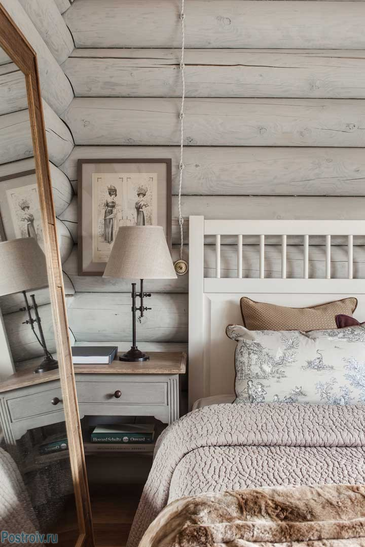 Интерьер спальни в загородном доме. Внешняя проводка. Фото