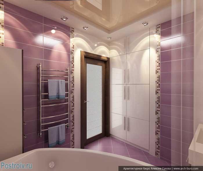 Двухуровневый натяжной потолок светло бежевого цвета в ванной. Фото