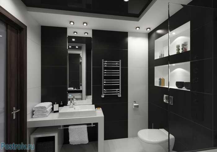 Черный натяжной потолок в интерьере ванной комнаты. Фото