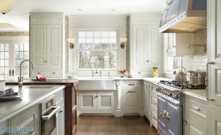 Светлая кухня в стиле прованс. Фото