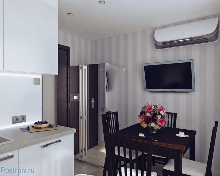 Кухня в 2-х комнатной квартире после ремонта с деревянным обеденным столом - Фото