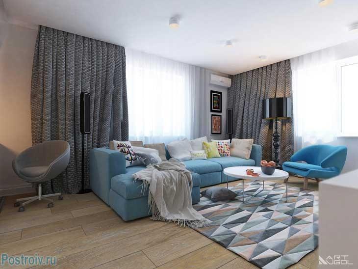 Дизайн 2 комнатной квартиры с голубым диваном. Фото